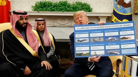 Während des Besuchs des saudischen Kronprinzen Mohammed bin Salman im Oval Office am 20. März 2018 in Washington zeigt US-Präsident Donald Trump ein Plakat mit Waffenverkäufen an Saudi-Arabien.