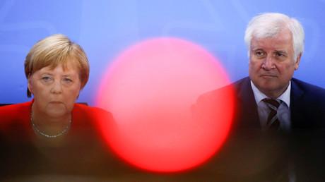 Ihn wollen die Kulturschaffenden loswerden: Innenminister Seehofer am Freitag in Berlin neben der Kanzlerin.