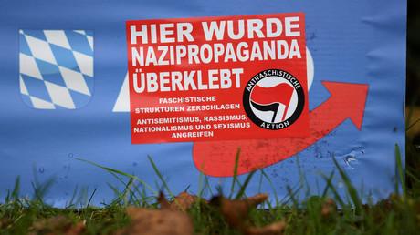 Überklebtes AfD-Poster in Abensberg, Deutschland, 3. September 2018.