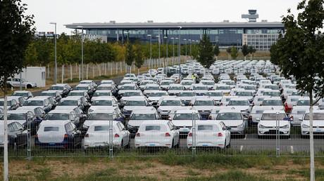 Auf Halde produziert: VW-Fahrzeuge auf dem Parkplatz des BER
