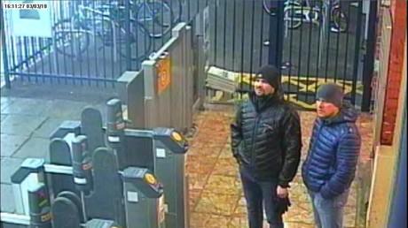 Die Verdächtigen im Agententhriller, Ruslan Boschirow und Alexander Petrow, ertappt von der CCTV-Kamera im britischen Salisbury.