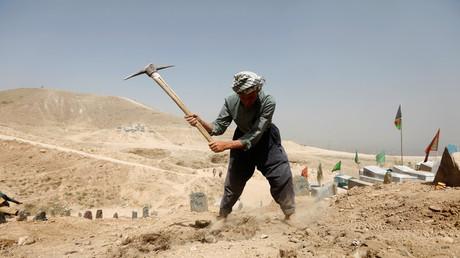 Symbolbild: Ein Afghane gräbt ein Grab für die Opfer eines Selbstmordangriffs, Kabul, Afghanistan, 16. August 2018.