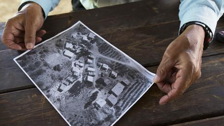 Symbolbild: Ein Beduine präsentiert einem Reuters-Journalisten ein Bild von Häusern seines Dorfes vor der Zerstörung durch die israelische Armee, Atir, Negev-Wüste, 6. August 2013.