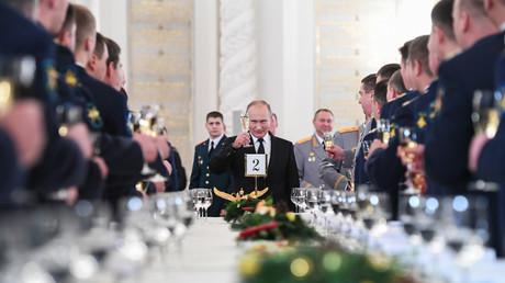 Putin: Ein Prosit auf die Weltverschwörung sowie gute Besserung für die Aluvergiftung bei den Kollegen von SPON....