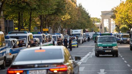 Polizeifahrzeuge in der Nähe des Brandenburger Tors. Wegen des Besuchs des türkischen Präsidenten Recep Tayyip Erdoğan ist das Regierungsviertel abgeriegelt. Mehr als 4.200 Polizisten sollen während der drei Tage im Einsatz sein.