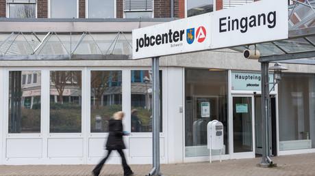 Trotz Arbeit bleibt Hunderttausenden Menschen in Deutschland der Weg zum Jobcenter nicht erspart. Der Grund – schlechte Bezahlung.