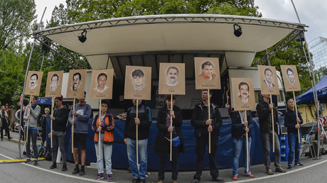 Protestierende mit Bildern von einigen der NSU-Mordopfer.