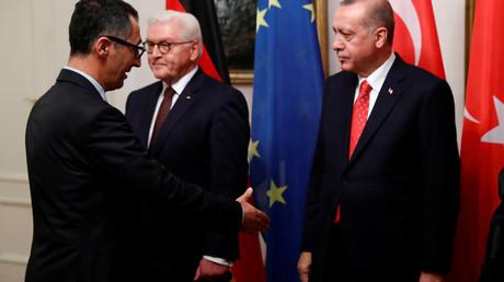 Für den Bruchteil einer Sekunde schaut der türkische Präsident Erdoğan weg, als ihm der Grünen-Politiker Cem Özdemir die Hand reicht. Angespannt war die Stimmung beim Staatsempfang in Schloss Bellevue am 27. September.