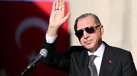 Recep Tayyip Erdoğan begrüßt die Gäste der feierlichen Einweihung der türkischen Zentralmoschee in Köln.