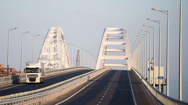 Schwere Lastwagen können erstmals Brücke zur Halbinsel Krim befahren