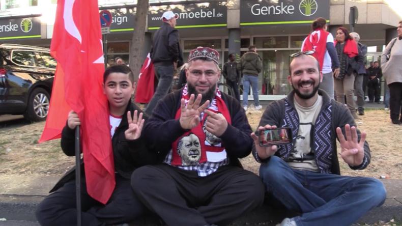 """""""Seine Gegner sind Vaterlandsverräter"""": Erdoğan-Fans strömen zur Moschee-Eröffnung nach Köln"""