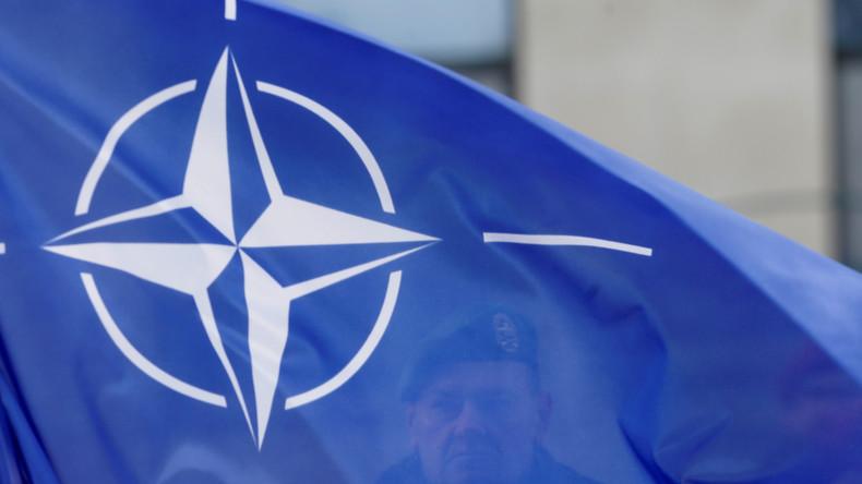 Friedensaktivisten besetzen Stadtkulisse für NATO-Übungen