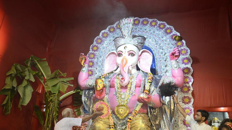 Ganze muslimische Familie in Indien konvertiert zum Hinduismus – um Mordermittlung zu verlangen