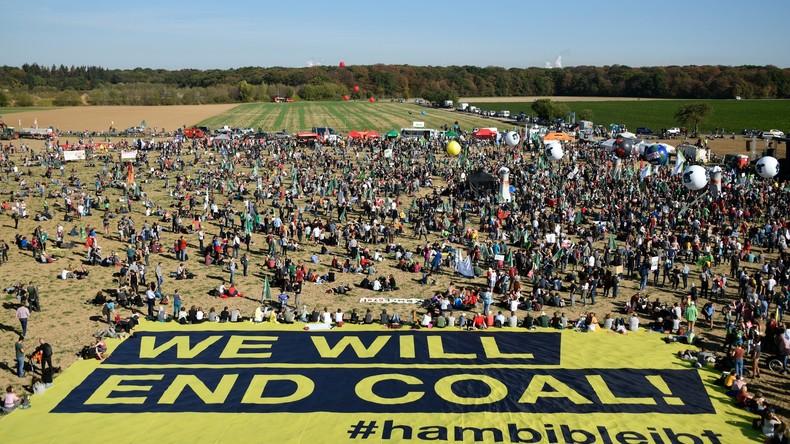 Tausende demonstrieren am Hambacher Forst – Festivalstimmung nach vorläufigem Rodungsstopp