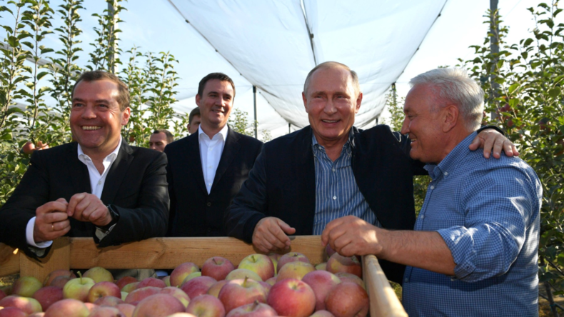 Russland auf dem Weg zum Selbstversorger-Land: Putin und Medwedew begutachten Apfelernte