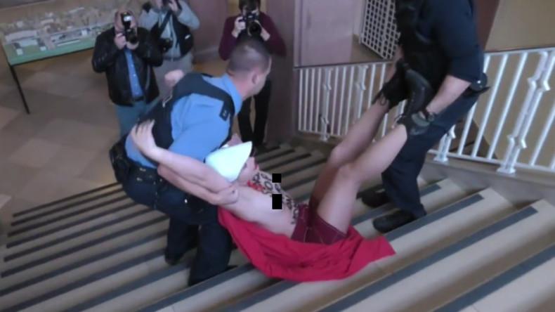 Nackt-Protest: Barbusige Frauen fordern lauthals Abtreibung vor Gericht in Gießen
