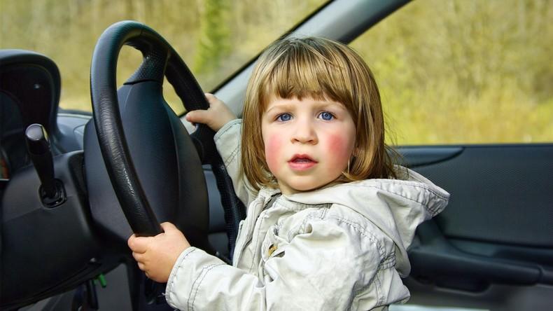 Vater setzt Zweijährige ans Steuer – rund 30.000 Euro Schaden