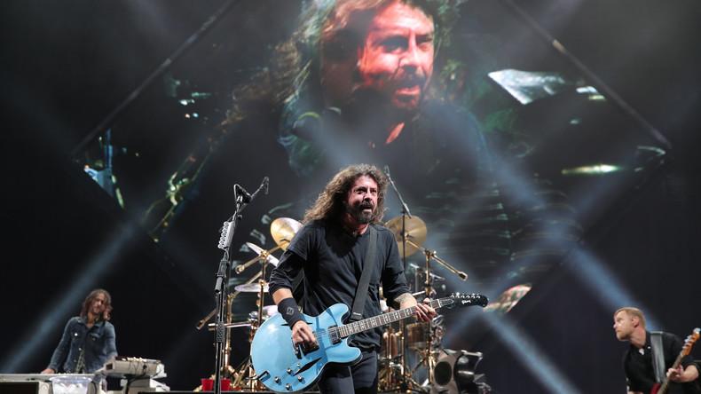 Zehnjähriger auf Bühne bei Foo-Fighters-Show – Kleiner Fan covert Metallica, Band schenkt Gitarre