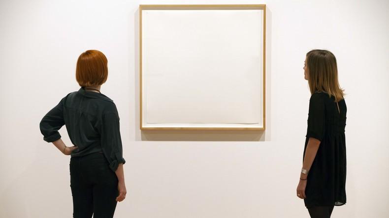 Pariser Kunstgalerie zeigt Sarg in Form eines Turnschuhs