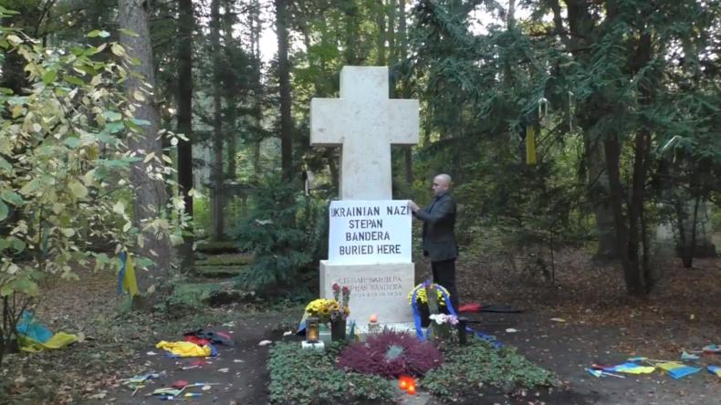 """""""Hier liegt ein Nazi begraben"""": Blogger Graham Phillips """"korrigiert"""" Grab von Bandera in München"""