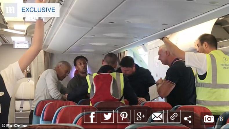 Großbritannien: Passagiere verhindern Abschiebung eines Vergewaltigers (Video)