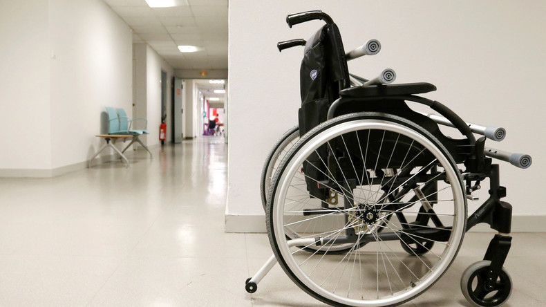 Radfahrer schiebt Rollstuhlfahrerin weg: Frau stürzt Abhang hinunter