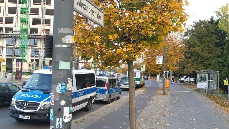 Überfall auf Geldtransporter nahe Berliner Alexanderplatz: Täter mit Beute geflüchtet