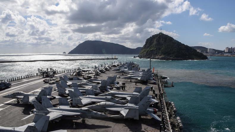 Hubschrauber der US-Kriegsmarine stürzt auf Flugdeck eines US-Flugzeugträgers im Philippinensee