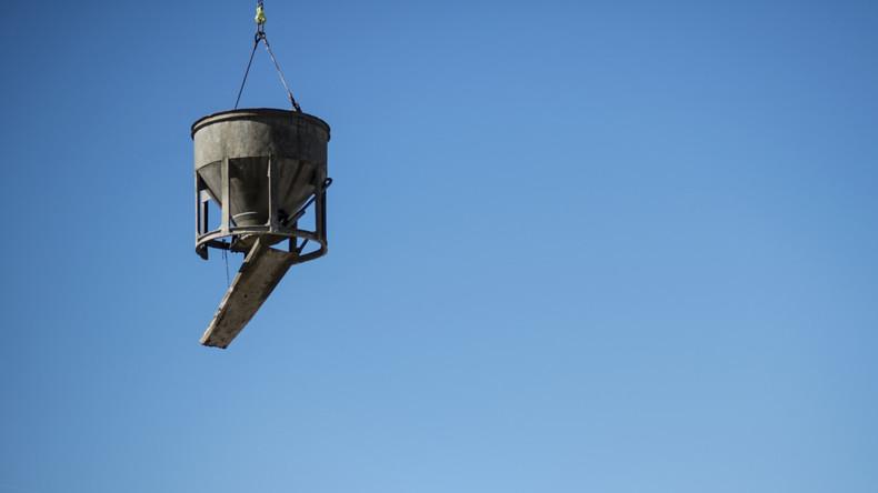 Hubschrauber verschüttet 600 Kilogramm Flüssigbeton über Wald in Japan
