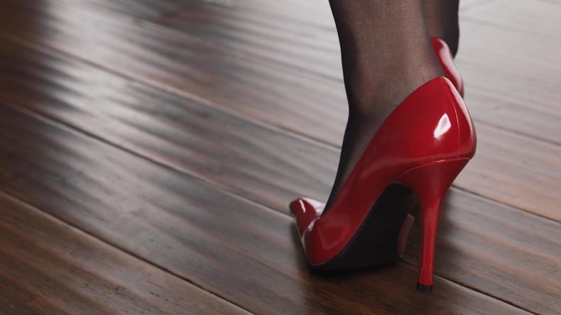 Drei Frauen laufen zu Hause in Stöckelschuhen herum – 500 Euro Strafe wegen Ruhestörung