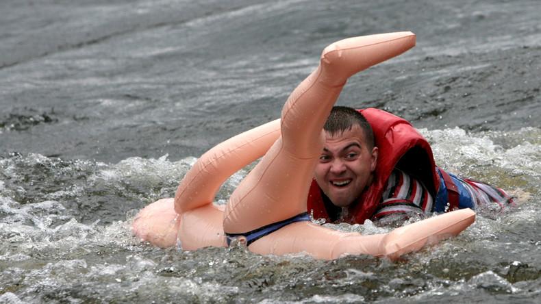 Polizei rückt wegen Erotikpuppe im Wasser aus
