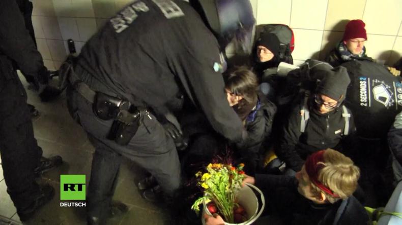 Deutschland: Hambacher Aktivisten und Polizei stehen sich im Dürener Bahnhof gegenüber