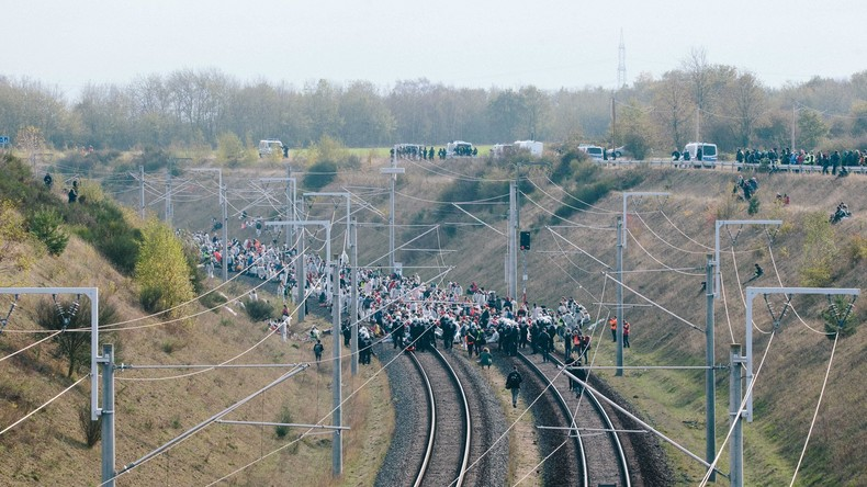 Demonstranten an Gleisen festgekettet: Notbremsung verhindert Unglück