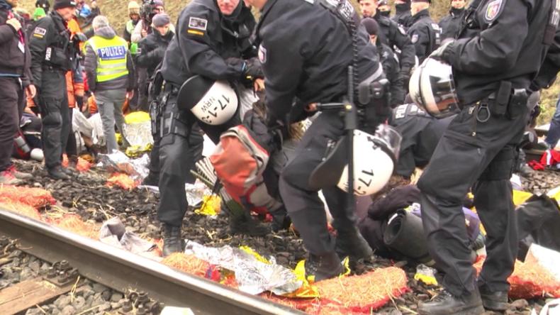 """Nach Übernachtung im RWE-Braunkohle-Gleisbett: Polizei räumt gewaltsam Protest von """"Ende Gelände"""""""