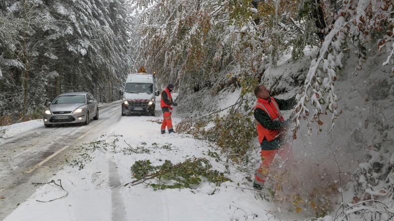 Unerwarteter Wintereinbruch in Frankreich – Schnee behindert Verkehr, 195.000 Haushalte ohne Strom