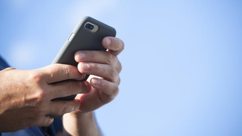Kneipenbesucher in Brasilien starrt die ganze Zeit auf's Handy – und bekommt nichts vom Überfall mit