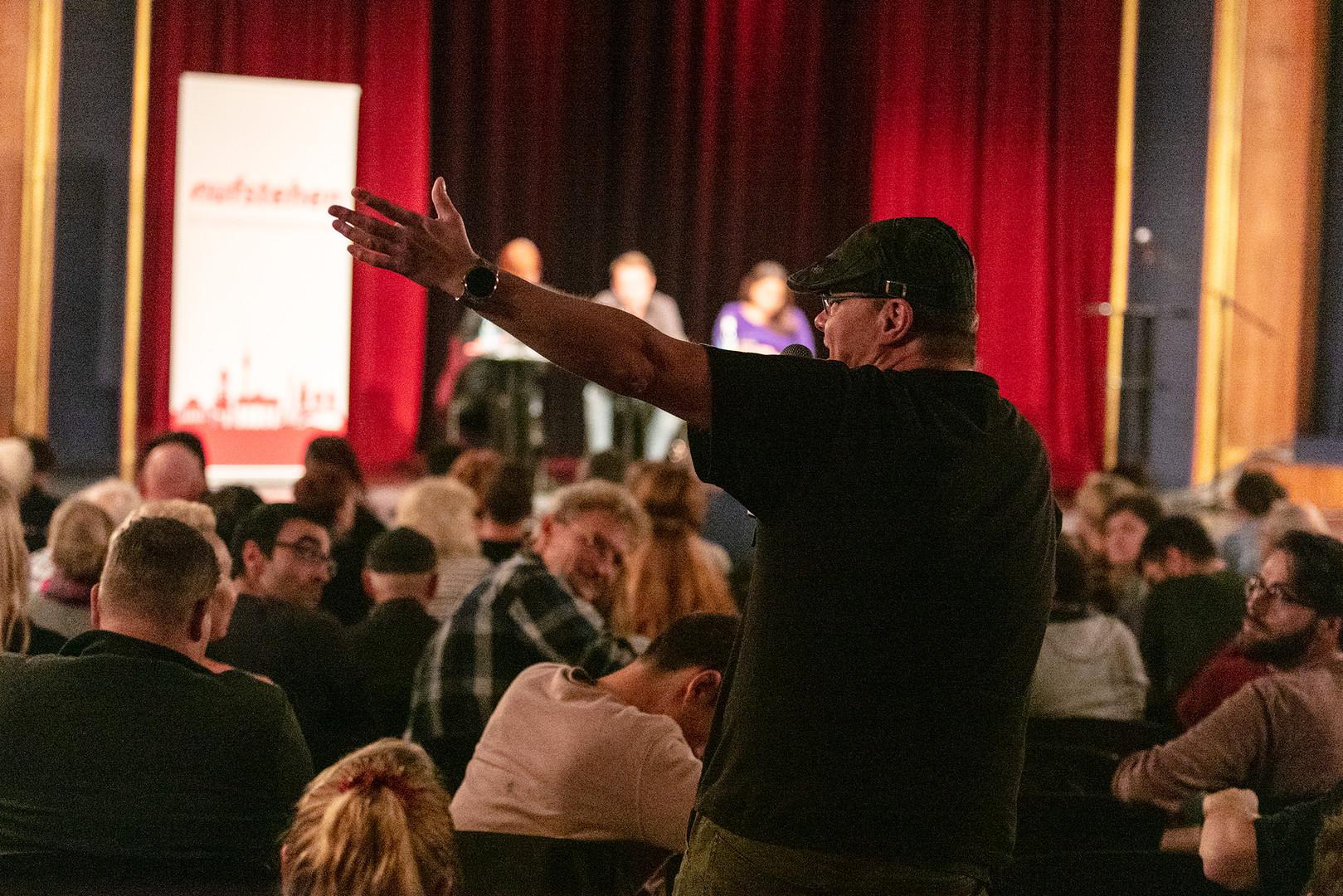 """Wider die simplen Feindbilder – Das erste Treffen der Sammlungsbewegung """"Aufstehen"""" in Berlin"""