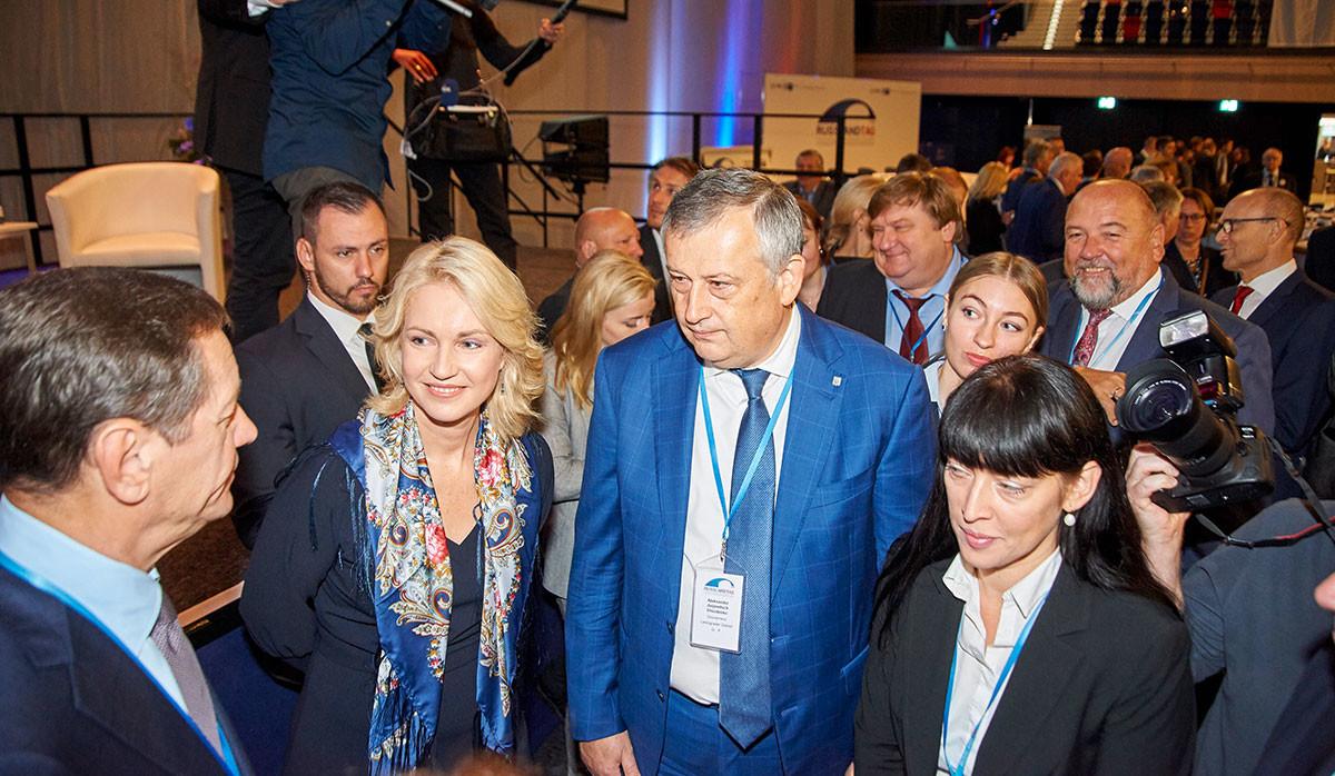 Ministerpräsidentin Manuela Schwesig und Gouverneur Aleksander Drosdenko in der Rostocker Stadthalle, vorne links der stellvertretende Präsident der Duma Aleksander Schukow