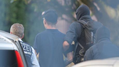 Karlsruhe: Ein Angehöriger der mutmaßlichen Terrorzelle wird von Beamten abgeführt. (1. Oktober 2018)