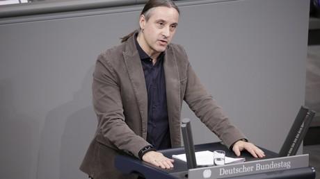 Alexander Neu ist seit 2013 Mitglied des Deutschen Bundestages. Er arbeitete mehrere Jahre für die Organisation für Sicherheit und Zusammenarbeit (OSZE) im ehemaligen Jugoslawien. Zwischen 2000 und 2004 war er unter anderem zur Beobachtung von Wahlen in den Konfliktgebieten auf dem Balkan.