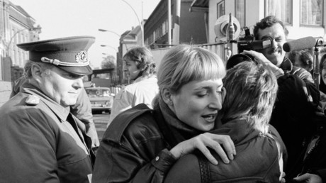 Umarmung am Grenzübergang Invalidenstraße in Berlin, 9. November 1989.