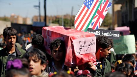 Kinder protestieren vor dem UN-Gebäude in der jemenitischen Hauptstadt Sanaa gegen die saudische Kriegskoalition und ihre Verbündeten aus den USA und Großbritannien.