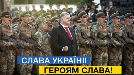 """""""Sieg Heil"""" als Gruß bei einem modernen Militär? Ukraine führt Äquivalent jetzt offiziell ein. Bild Petro Poroschenkos Tweet entnommen; zeigt Poroschenko bei einer Militärparade."""