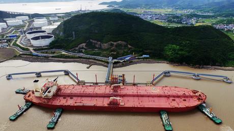 Ein Öltanker auf einem Rohölterminal im Hafen von Ningbo Zhoushan, Provinz Zhejiang, China