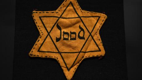 Der Judenstern war ein vom nationalsozialistischen Regime eingeführtes Zwangskennzeichen für Personen, die nach den Nürnberger Gesetzen von 1935 rechtlich als Juden galten.