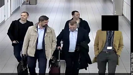 Vier angebliche russische Agenten bei ihrer Ankunft in Amsterdam