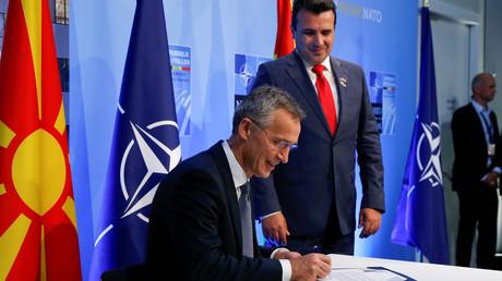 NATO-Generalsekretär Jens Stoltenberg und Mazedoniens Premierminister Zoran Zaev unterzeichnen während einer Zeremonie anlässlich der Einladung Mazedoniens zur NATO Dokumente.