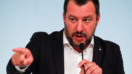 Der italienische Innenminister Matteo Salvini  wäre bereit, nach den Häfen auch die Flughäfen zu sperren.