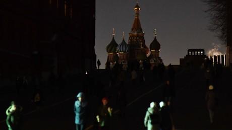 Die Basilius-Kathedrale auf dem Moskauer Roten Platz während der weltweiten Aktion