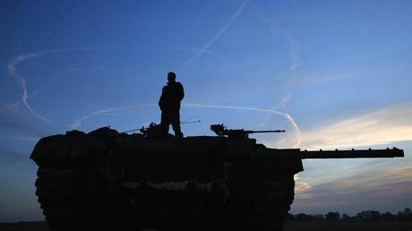 Ein israelischer Soldat auf einem Panzer an der nördlichen Grenze zum Gazastreifen, Israel, 21.11.2012